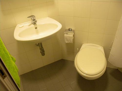 Waschbecken und Toilette
